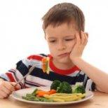Как да се справим с капризно дете, което не иска да се храни