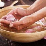 Погрижете се за кожата на ръцете и ноктите си