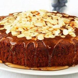 Карамелен кейк с бадемов топинг