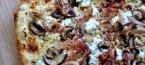 Тънка пица с лук, гъби и рикота