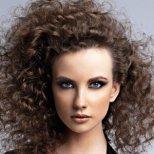 Как да използваме предимствата на къдравата коса