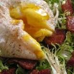 Салата с поширани яйца и бекон