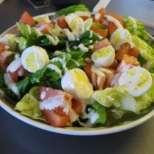 Богата пилешка салата