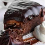 Безобразно добра шоколадова торта, вдъхновила над 5 милиона души в Интернет (ВИДЕО)!