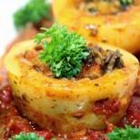 Пригответе това ястие за днешната вечеря и гарантирано ще оберете овациите на всички: Пълнени картофи в доматен сос