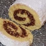 Пухкаво руло с шоколадов пълнеж, приготвено по специален начин