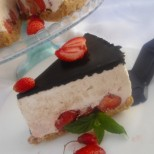 Обичате бързите и свежи десерти без печене? Нищо по-лесно от това: Непечен чийзкейк с ягоди и бисквити