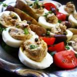 Чудите се какво да правите с останалите сварени яйца от Великден? Ето ви вкусна и лесна идея: Пълнени яйца по гръцки