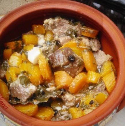За такава манджа със сигурност не сте и чували: Македонско чкето в глинен гювеч - крехко месце с моркови и вино, истински разкош!