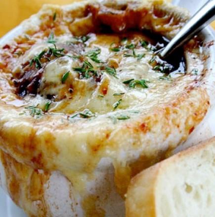 Нейно Величество Френската лучена супа: с хрупкава кашкавалена коричка и нежна ароматна консистенция, просто неустоима!