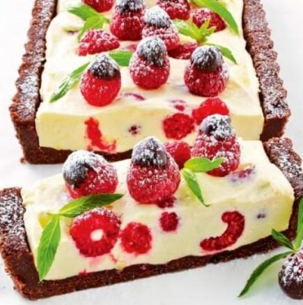 Безобразно шоколадов и освежаващо малинов - Чийзкейк с малини и шоколад без печене