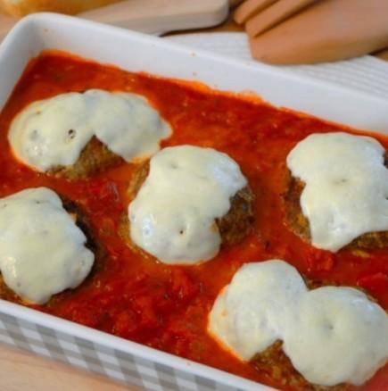 Печени кюфтенца с бели шапки в доматен сос - изкушение от класа!