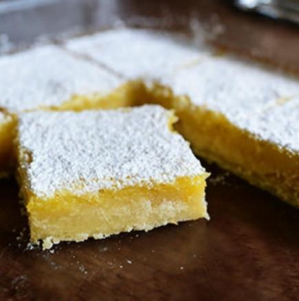 Лесен лимонов сладкиш - съвършената хапка свежест към следобедното кафе