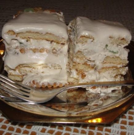Бързо изкушение в топлия следобед - бисквитена тортичка с орехи и сметанов крем
