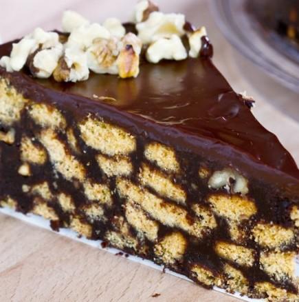 Видео рецепта за най-лесната бисквитена торта с шоколад и орехи, която не се пече