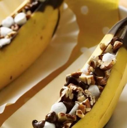 Ако обичате банани и разполагате с 5 свободни минути, непременно вижте това: Бананово вълшебство с шоколад (ВИДЕО)