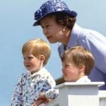 Снимките, които доказват, че кралица Елизабет е страхотна баба!