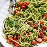 Оригинално, свежо и с много вкус: Спагети от тиквички с ароматно домашно песто.