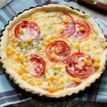 Неустоимо съчетание на вкусове в хрупкава коричка: Френски тарт с царевица и пресни домати