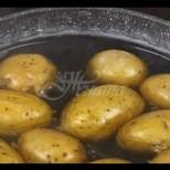 Една хватка, която прави и най-обикновените картофи, сварени с кожата във впечатляващо вкусно ястие