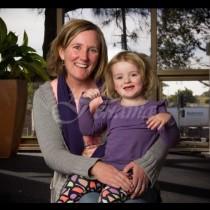 Малката Катя памага на майка си да роди у дома, и когато акушерът изважда бебето едва не го изпуска при думите на момиченцето!