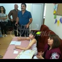 Добри новини от България-Момиче без ръце и крака, вече може да пише и ходи