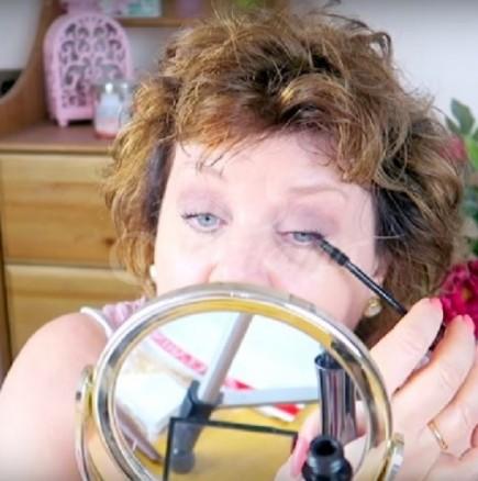 Подмладяващ летен грим за зрели жени