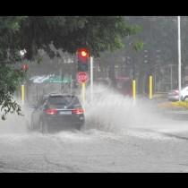 Преди минути над София се изля страшен дъжд! Хората останаха изненадани!