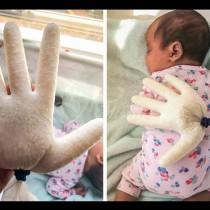 Бащата само сложи ръкавица с ориз върху бебето си вече всичко беше наред!