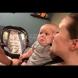 Бебето, което веднага започва да плаче, ако види родителите му да се целуват-Видео