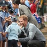 Спечели сърцата на принца и Меган-5-годишно момченце дръпна Хари за брадата и открадна шоуто