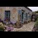 Невероятната история на гробаря, който превърна дома си в чудо (снимки):