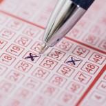 Продавачът погрешка даде на жена лотариен билет, който тя не иска, но когато започна да търка цифрите-Джакпот!
