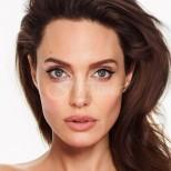 Анджелина Джоли прикова вниманието на всички с роклята си