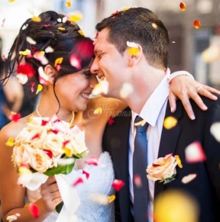 Най-известните сватбени суеверия-Пренасянето на булката през прага