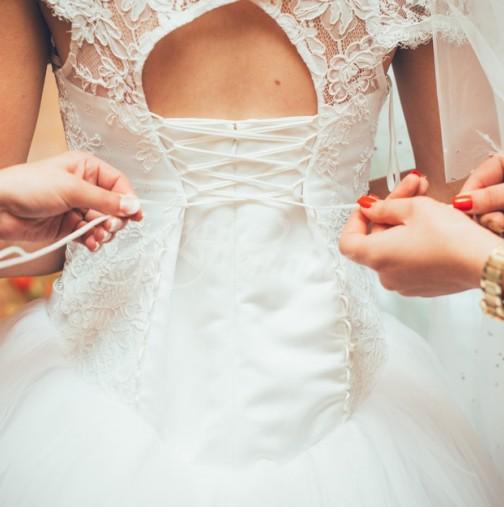 Необичайни булки със скандални рокли приковаха вниманието на потребителите