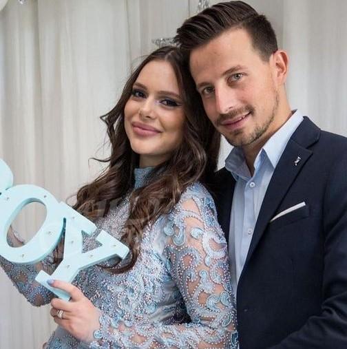 Ето и уникалния годежен пръстен за 20 бона с диаманти, който Демир подари на приятелката си (снимки)