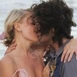 Малин Акерман и Джак Донъли с най- романтичната сватба на плажа, а роклята на булката накара всички да останат без думи (снимки)