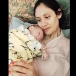 Плачков показа половинката си Мариана Попова, прегърнала нежно дъщеря им Екатерина,