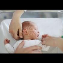 Млад лекар прави уникални подаръци на жените, които раждат при него