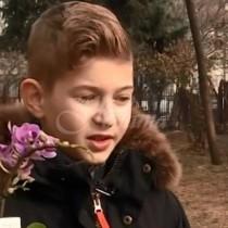 Ученик на 10 години събра пари, за да купи любимото цвете за рождения ден на майка си