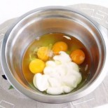 Имах само няколко яйца и майонеза в хладилника и ако знаете какво спретнах за вечеря, преядохме безобразно