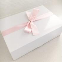 След 9 години брак двойката най-накрая отвори сватбен подарък, който лелята им беше казала да не отварят