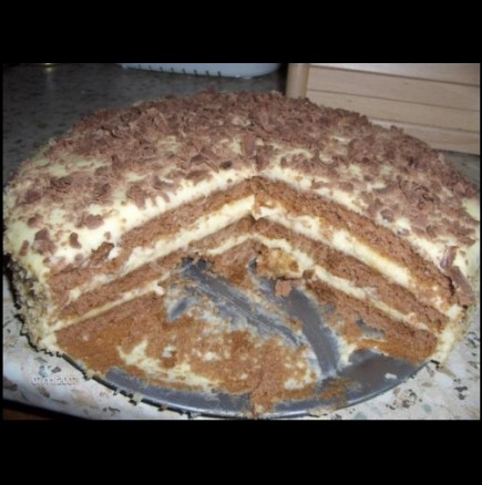 Бърза и вкусна бисквитена торта с кисело мляко
