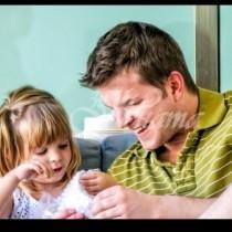 Той се ядоса, когато малката му дъщеря похарчи цяла ролка златна панделка, да опакова кутията, но вътре беше най-ценния подарък