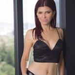 53-годишна красавица се похвали с тялото си на 20-годишна
