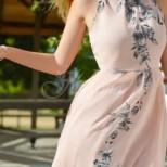 Красива жена се появи на сватбата с ефирна рокля без бельо, а докато влизаше в ресторанта се случи нещо което преобърна живота ѝ