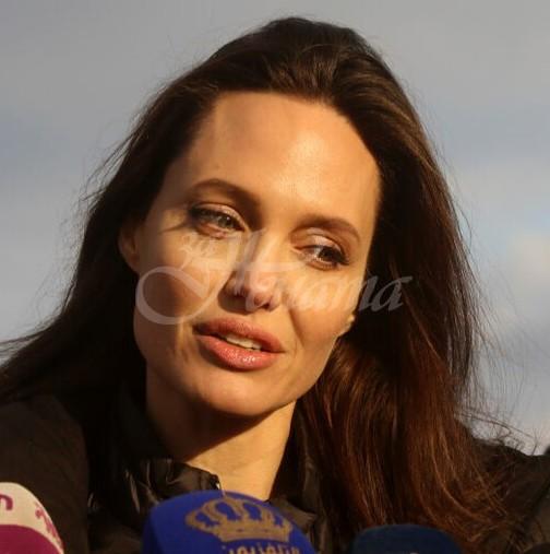 Анджелина Джоли си смени фамилията