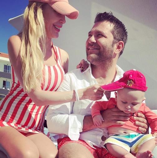 Антония Батинкова и съпругът й Ивайло заведоха бебето на любимите си места /СНИМКИ/
