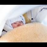 Когато отвори вратата, тя видя бебе пред и бележка отгоре му-Ето какво се случи!